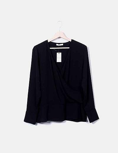 Blusa cruzada negra con lazo