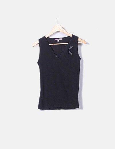 Camiseta negra cuello pico manga sisa