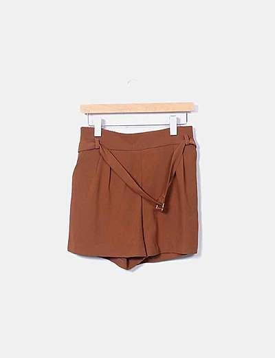 Short marrón con bolsillos y cinturón