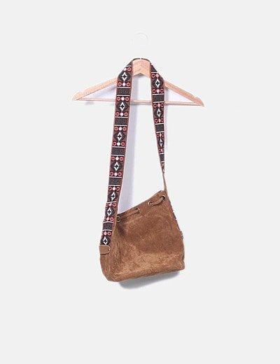 Bolso marrón con bordados etnicos