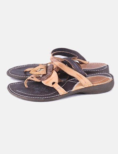 Sandalia marrón combinada