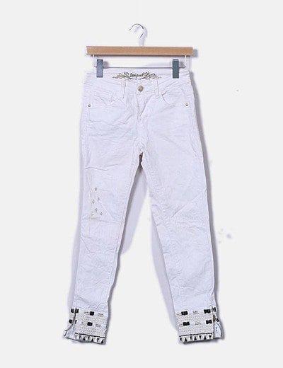 Jeans blanco con bajo bordado