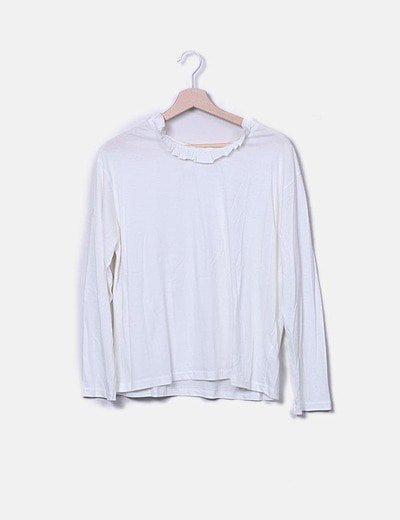Camiseta beige detalle cuello