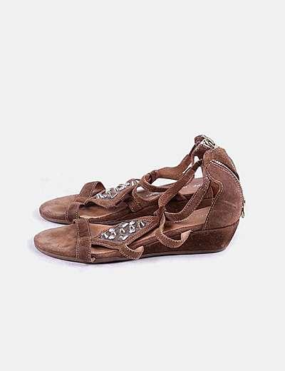 Sandalia marrón tachas