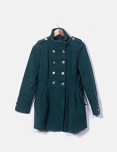 Abrigo verde con botonadura doble