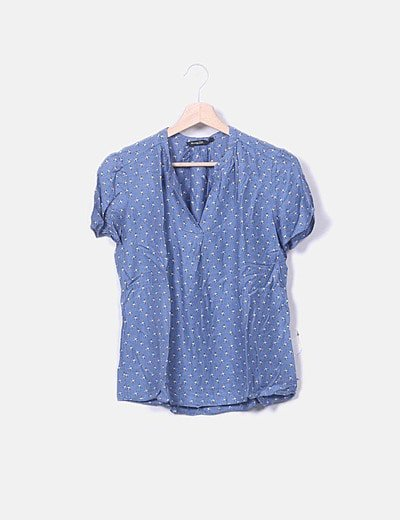 Blusa azul estampado cuello pico
