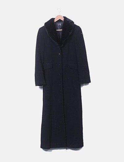 Abrigo largo negro con cuello de pelo