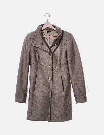 Abrigo largo beige con bolsillos
