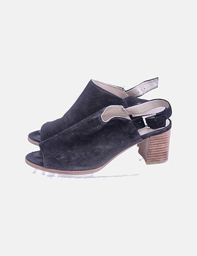 Sandalia de tacón negra destalonada