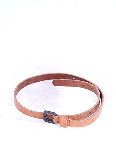 Cinturón fino marrón texturizado