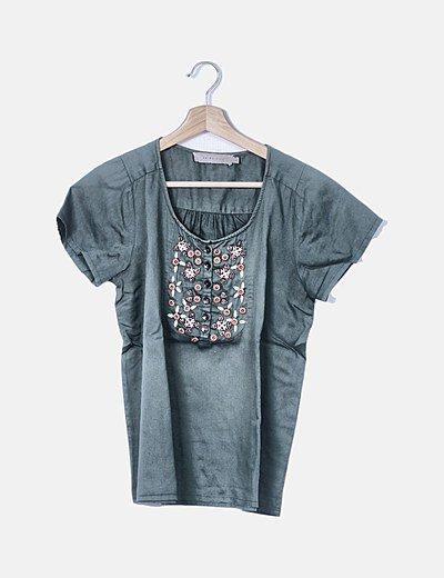 Blusa verde satinada con botones y abalorios bordados
