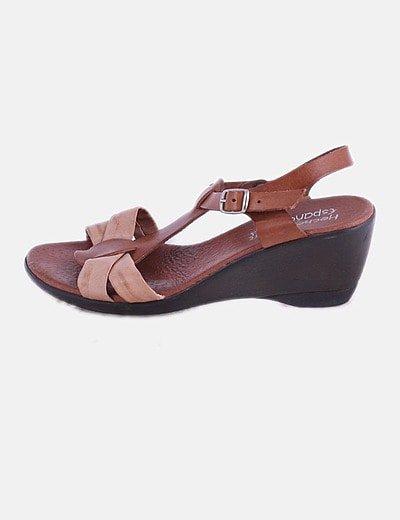 Sandalia de piel marrón