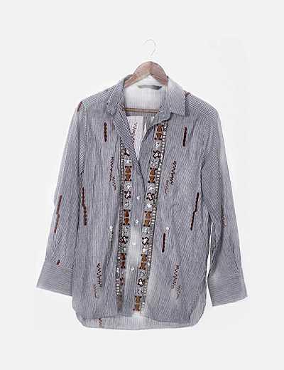 Camisa raya con bordados y paillettes