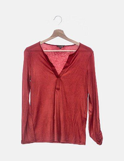 Camiseta roja cuello pico
