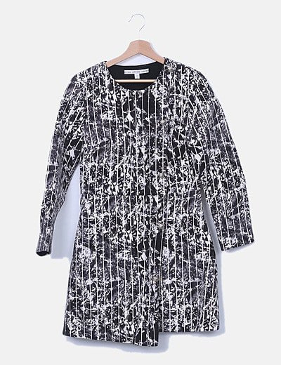 Vestido blanco y negro con corchetes
