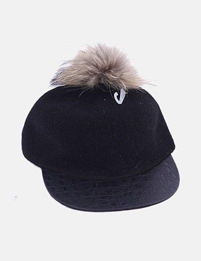 Gorra negra animal print con pompón