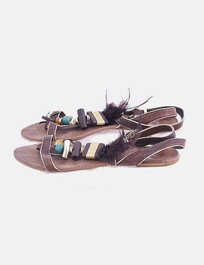 Sandalia plana marrón con abalorios y plumas