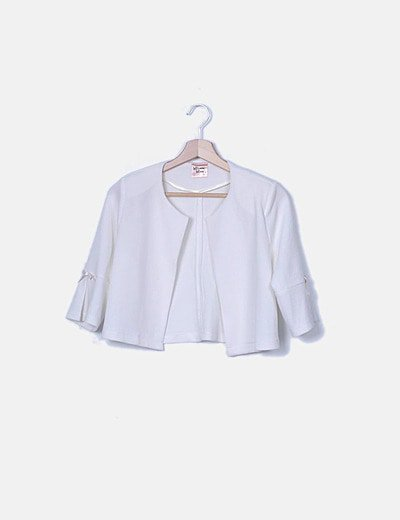 Chaqueta blanca texturizada manga francesa lazo rosa