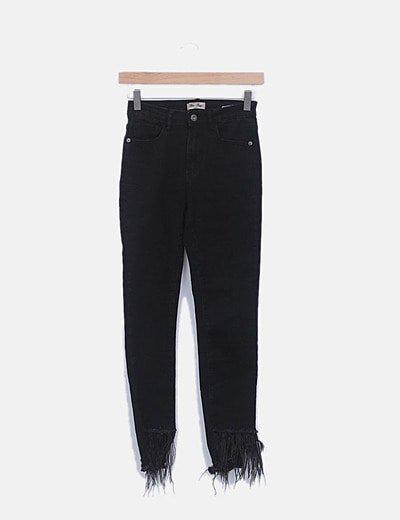 Jeans denim pitillo negro plumas