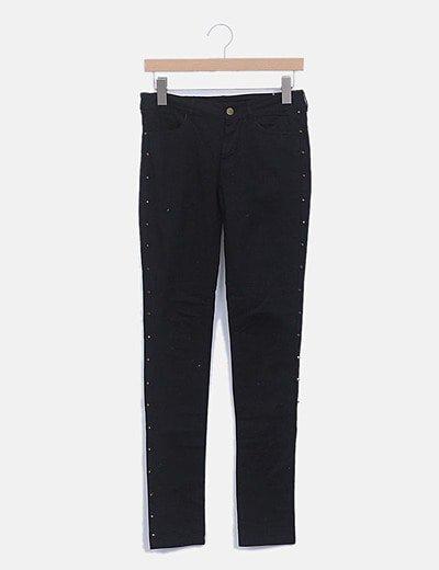 Jeans denim pitillo negro con tachas