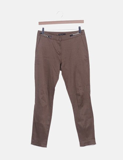 Pantalón marrón detalles