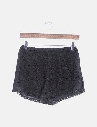 Short gasa negro detalle crochet