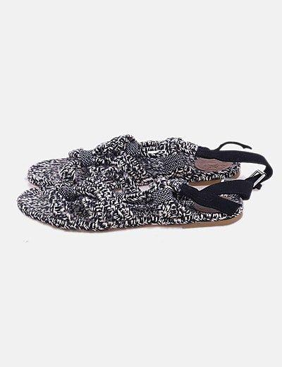 Sandalia plana trenzada negra y blanca
