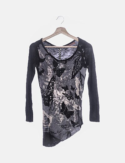 Camiseta negra estampada detalle trenzado