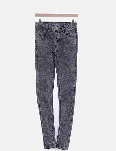 Pantalón denim pitillo gris