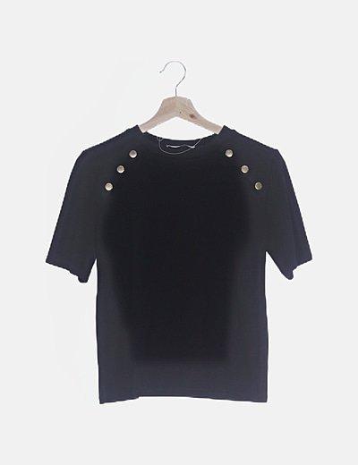 Camiseta negra detalle botones dorados