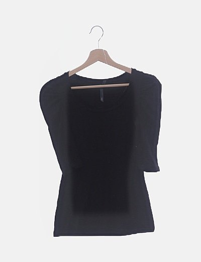 Camiseta negra con manga fruncida