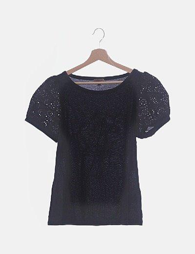 Camiseta negra con mangas caladas