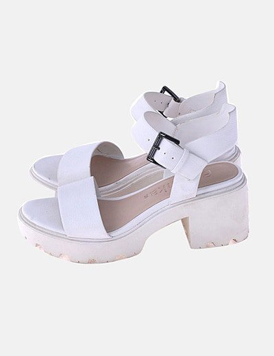 Sandalia blanca con pulsera