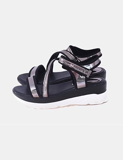 Sandalia negra con velcros