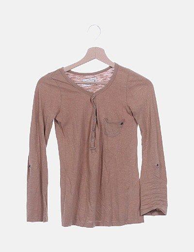 Camiseta camel con bolsillo