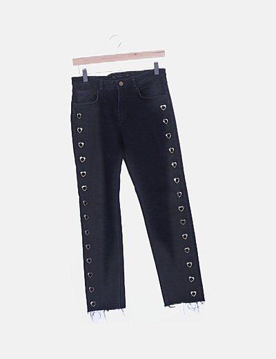 Jeans denim negro con arandelas