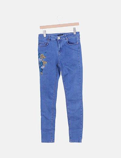 Pantalón denim con bordados