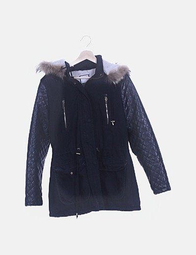 Parka negra con capucha