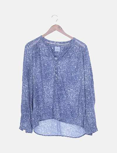 Blusa azul y blanca detalle bordado