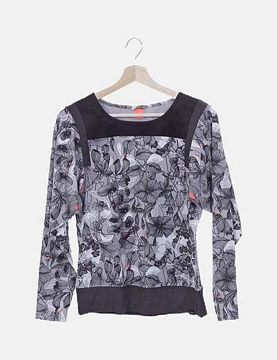 Camiseta gris floral combinada