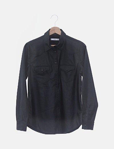 Camisa negra encerada con bolsillos