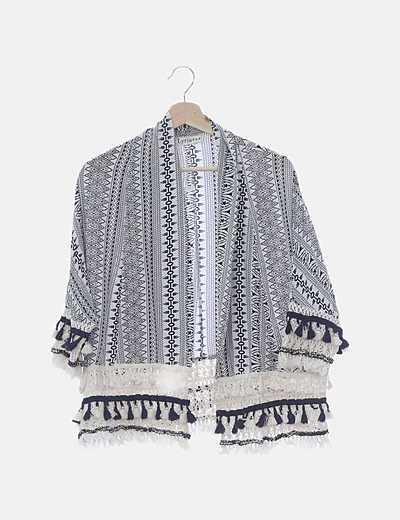 Kimono blanco print negro combinado crochet y borlas