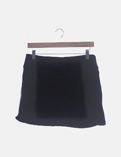 Falda negra banda lateral