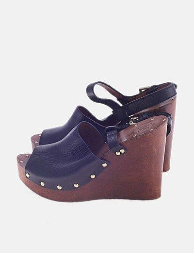 Sandalia cerrada negra con tachas