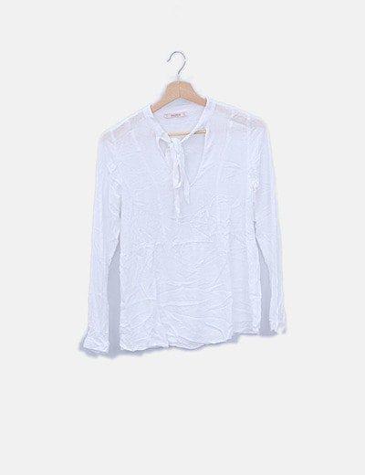 Blusa blanca con detalle lazo