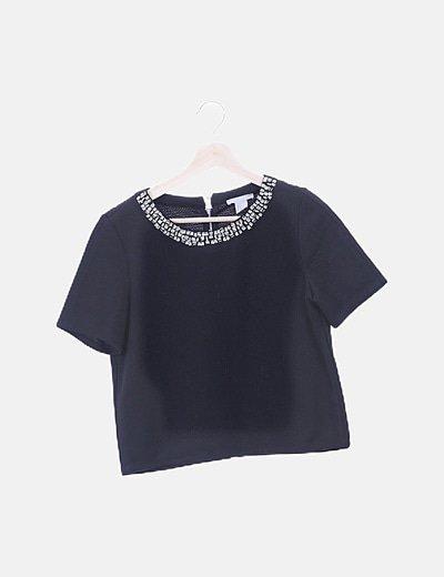 Camiseta negra cuello joya