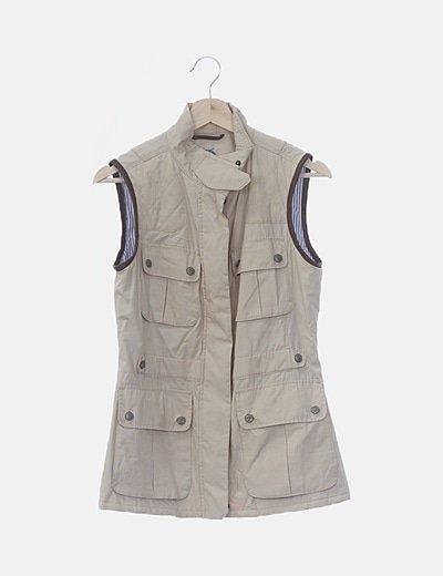 Chaleco beige detalles acolchados y bolsillos