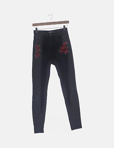 Pantalón denim pitillo bordado floral