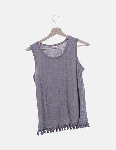 Camiseta gris con borlas