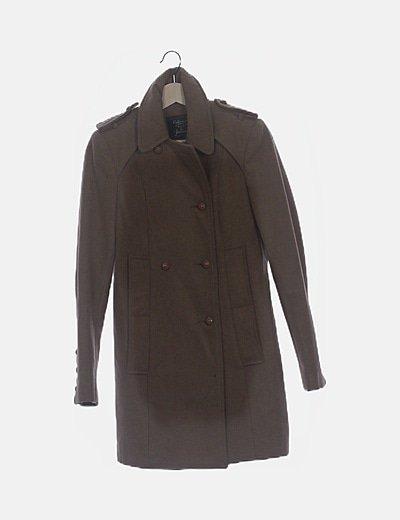 Abrigo marrón abotonado